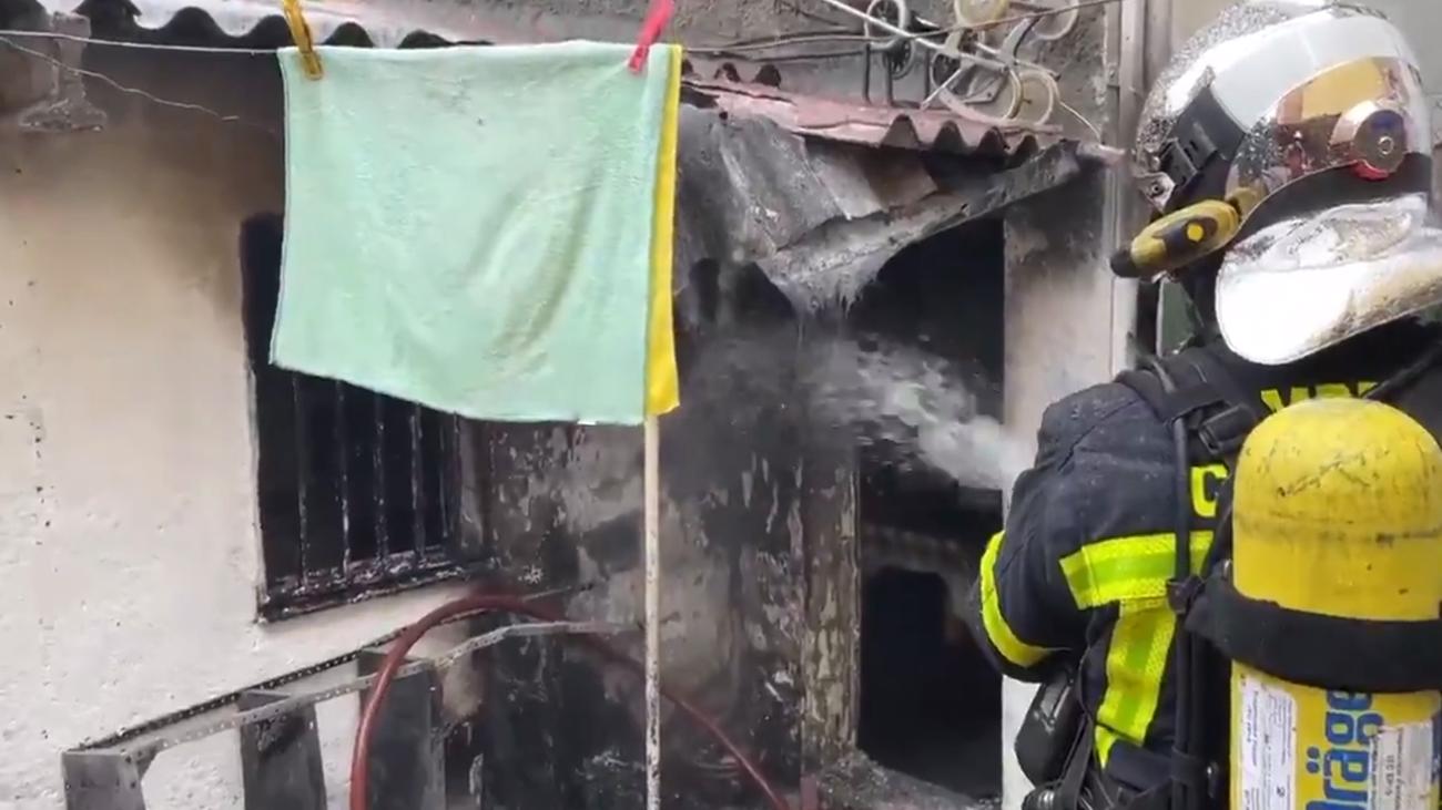 Bomberos de la Comunidad de Madrid atacan el fuego en la vivienda de Majadahonda
