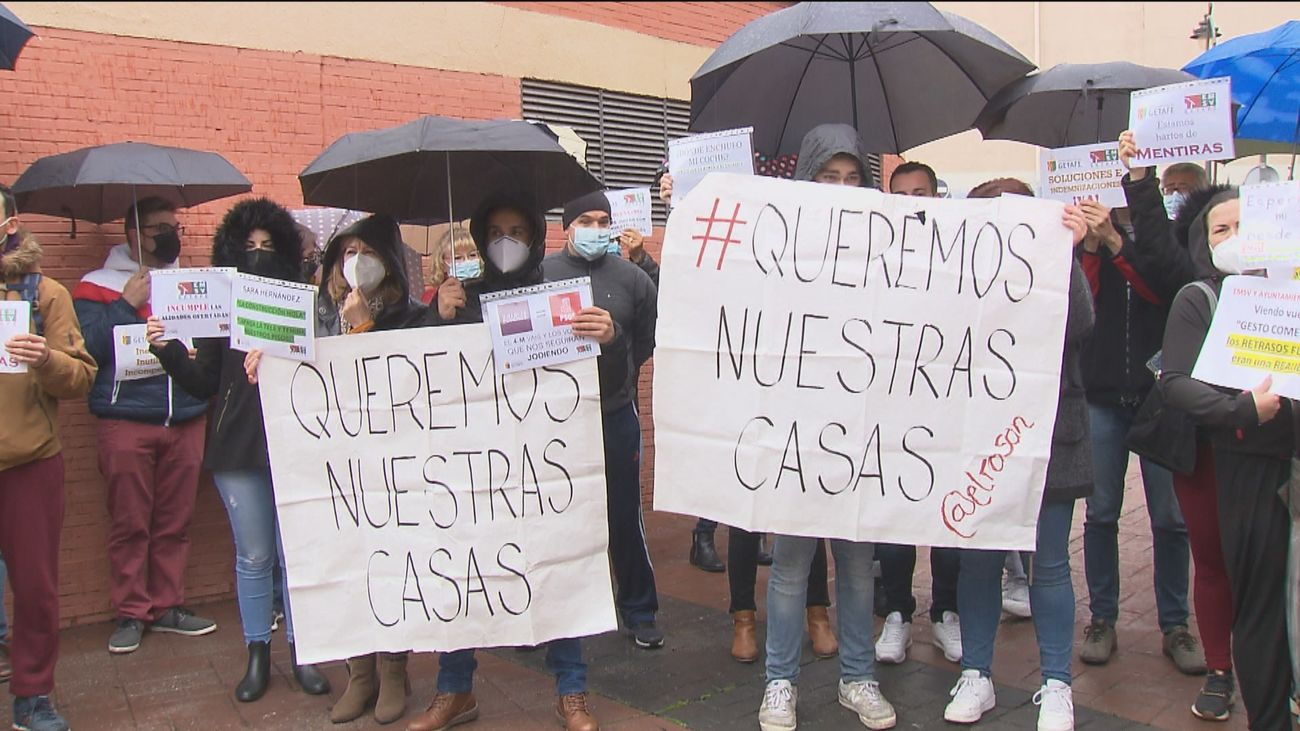 Los vecinos del Rosón de Getafe protestan ante el ayuntamiento para reclamar sus viviendas de protección oficial
