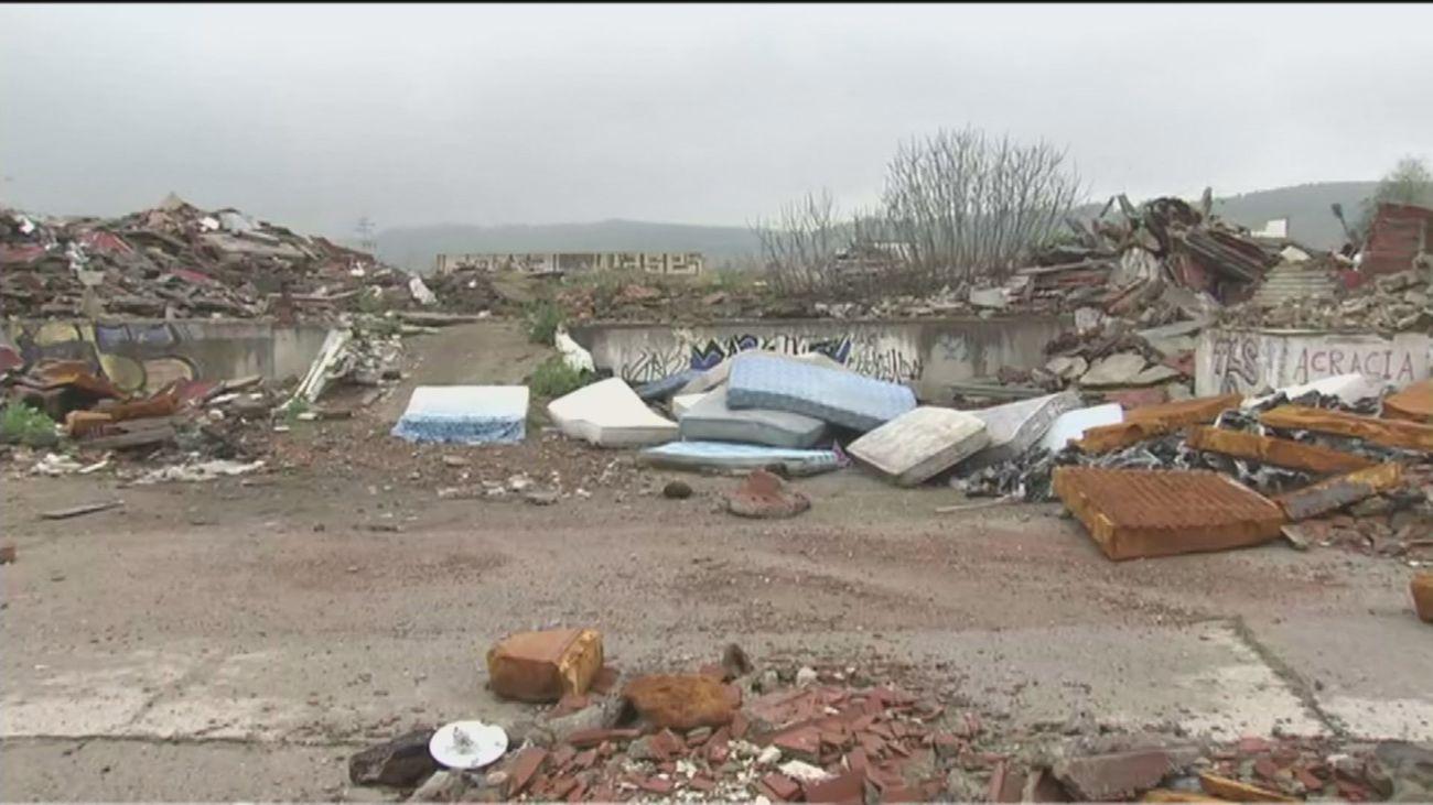 Un antiguo matadero en el Parque del Sureste en Rivas, convertido en un vertedero de escombros y basuras