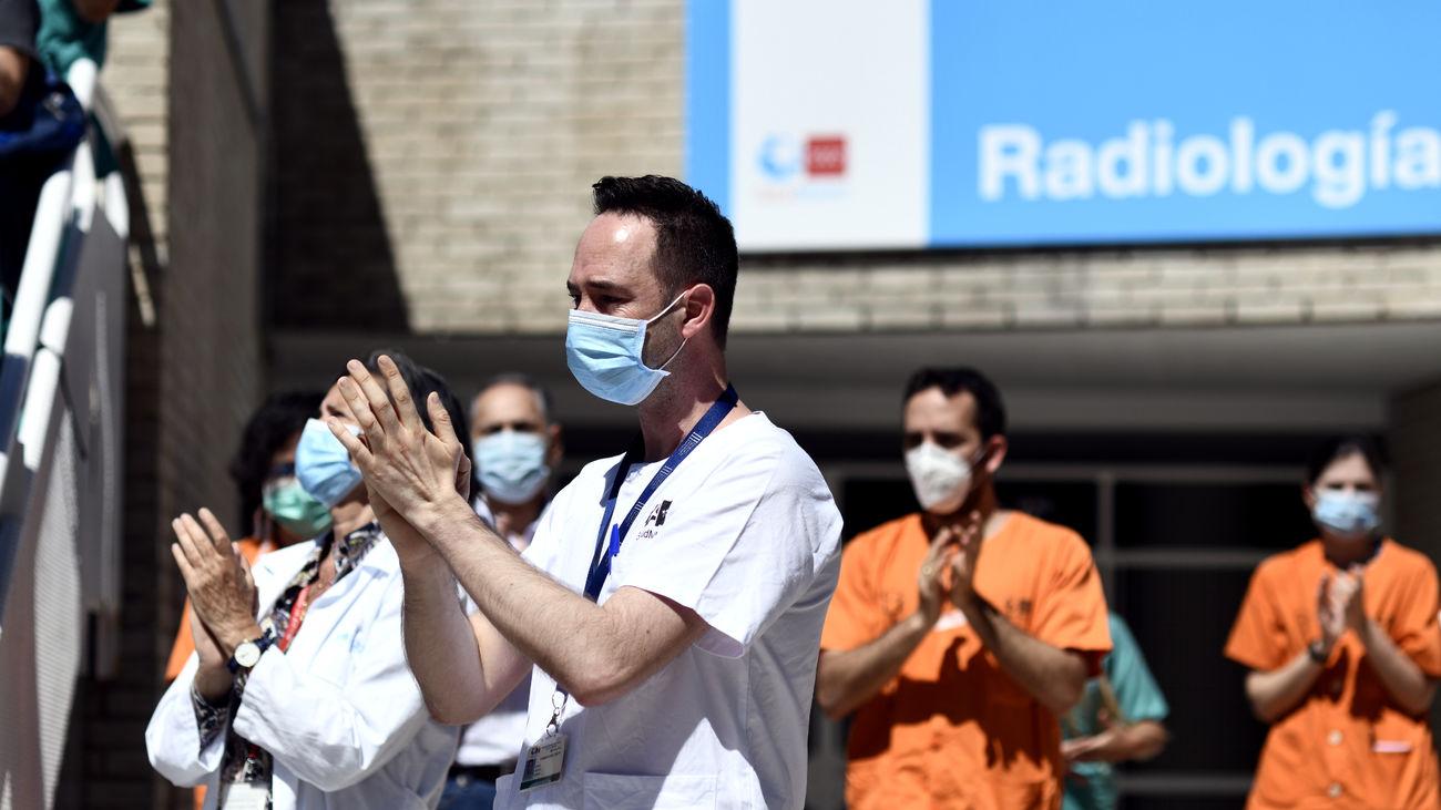 Sanitarios a las puertas del Hospital Gregorio Marañón