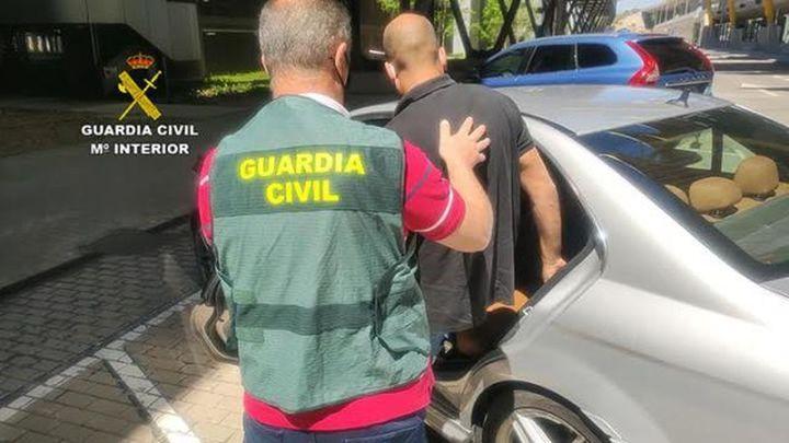 La Guardia Civil detiene en Barajas a un hombre por estafar 120.000 euros a una empresa por mascarillas que no recibió