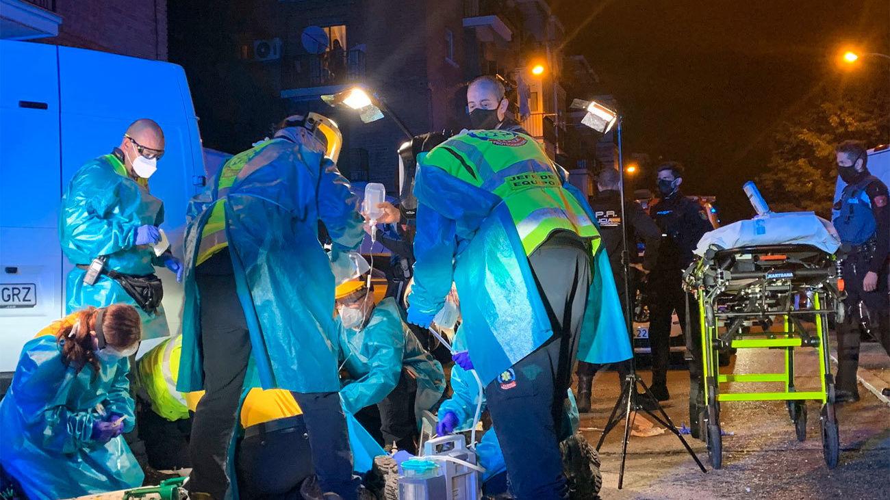 Miembros de los servicios de emergencias atendiendo a uno de los heridos