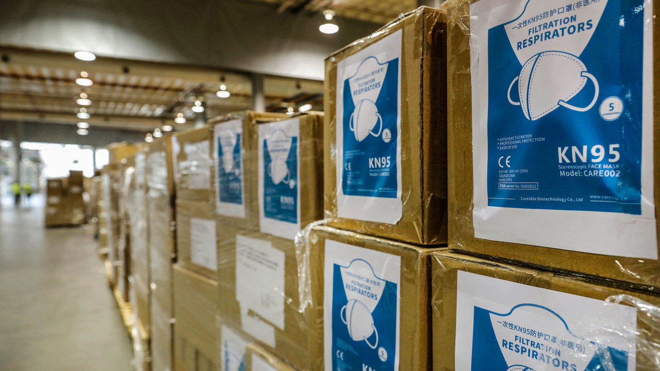 Cajas con material sanitario en el centro logístico de Feria Valencia