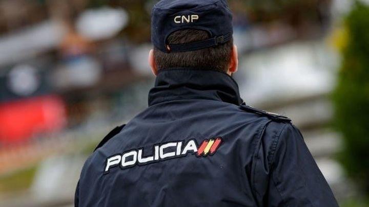 Un policía salva la vida a un niño de 2 años tras caerse de un columpio en un parque de Madrid