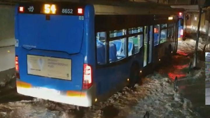 La borrasca 'Lola' provoca en Madrid balsas de agua y filtraciones en el Metro con el corte de la Línea 1