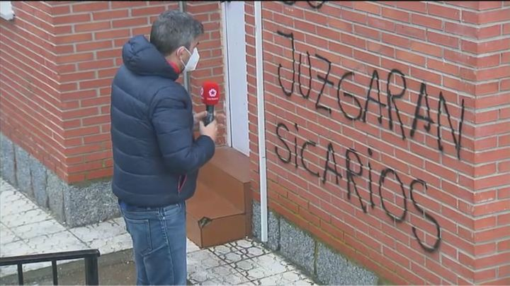 Pintadas amenazantes en la fachada de un centro de salud de Villanueva de Perales