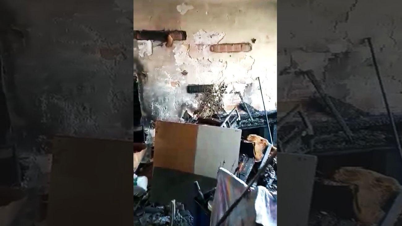 Una anciana vive entre los restos de su casa quemada