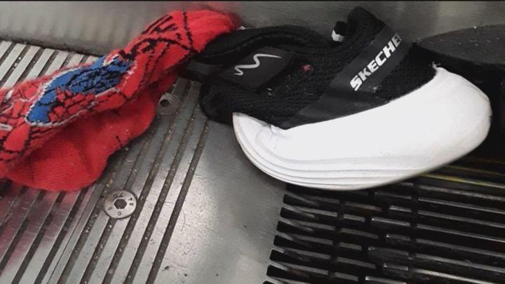 Alertan del peligro de zapatillas que quedan atrapadas en las escaleras mecánicas de metro