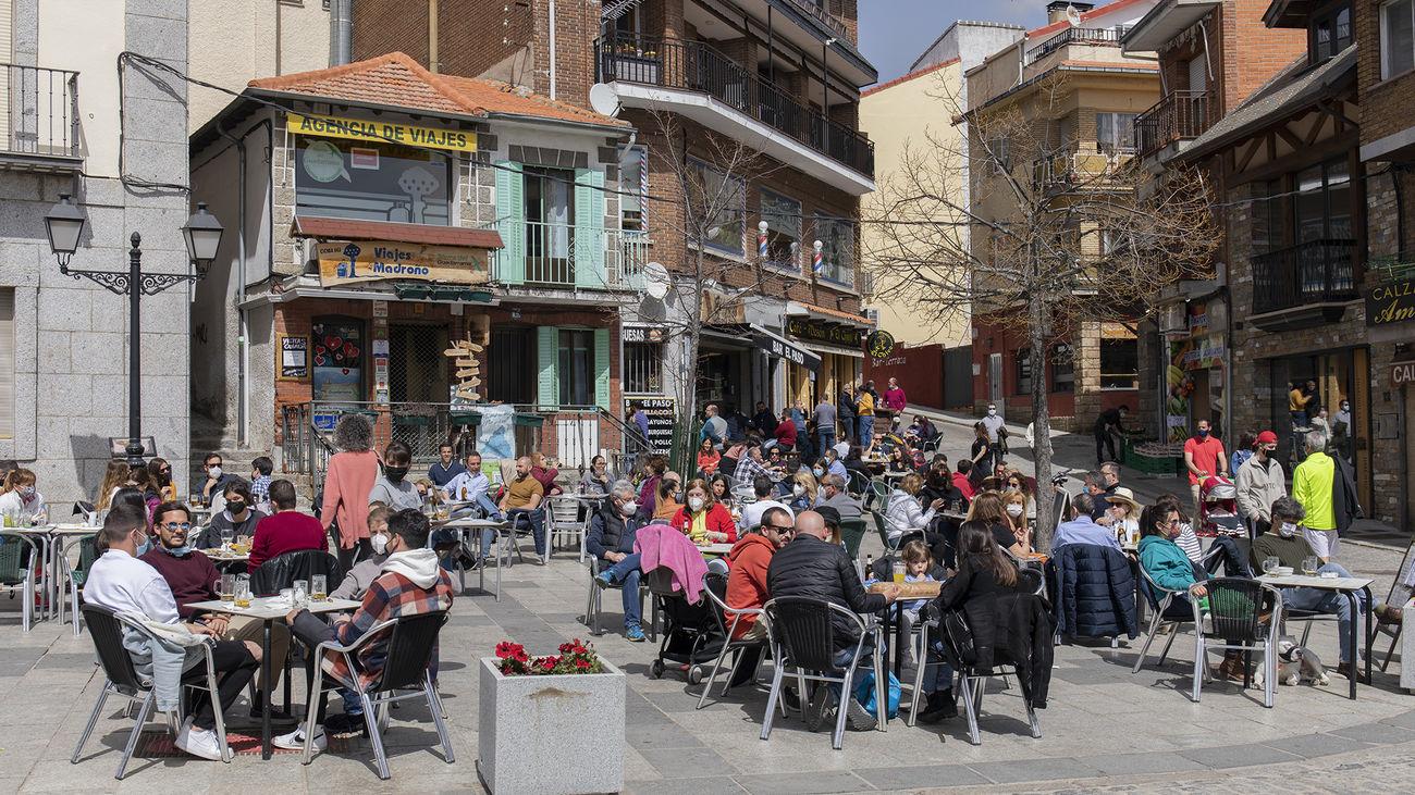 Varias personas en un terraza