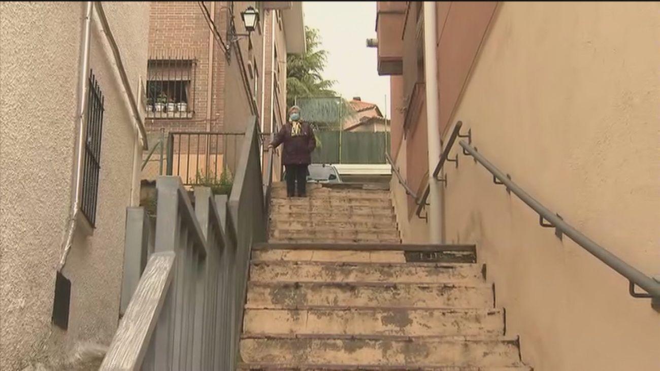 Subir por una escalera de Miraflores de la Sierra es un calvario para los vecinos mayores