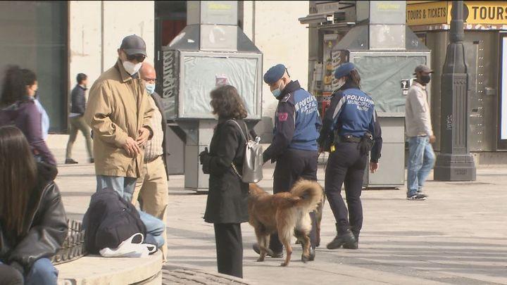 La Policía Municipal se despliega para evitar aglomeraciones en el centro de Madrid el puente de Mayo
