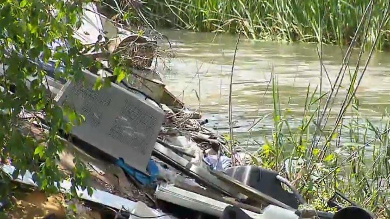 Continúan los trabajos para librar de la basura y los vertidos al río Guadarrama