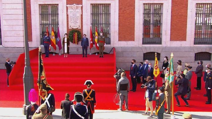 La ofrenda de la corona de laurel, el momento más emotivo en el homenaje  a los Héroes del 2 de Mayo
