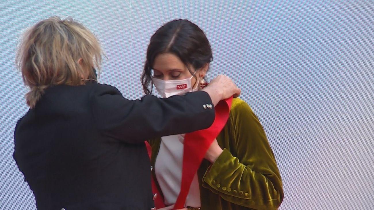 Nacho Cano recibe la Gran Cruz de la Orden del Dos de Mayo y se la entrega a Isabel Díaz Ayuso por mantener abiertos los teatros durante la pandemia