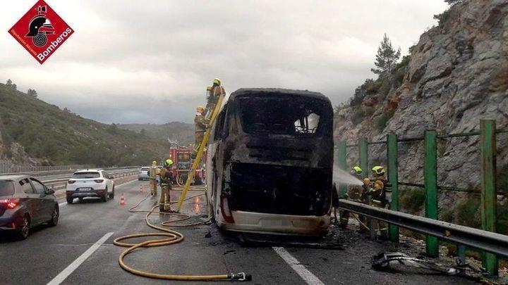 Sin heridos en el incendio de un autobús en Alicante con jugadores de balonmano de 12 a 16 años
