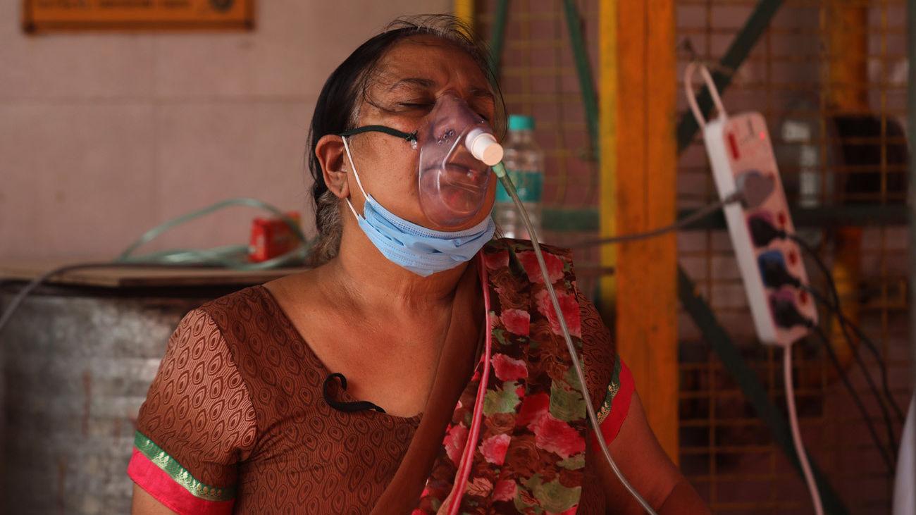 Una paciente en la India con problemas respiratorios a causa del coronavirus