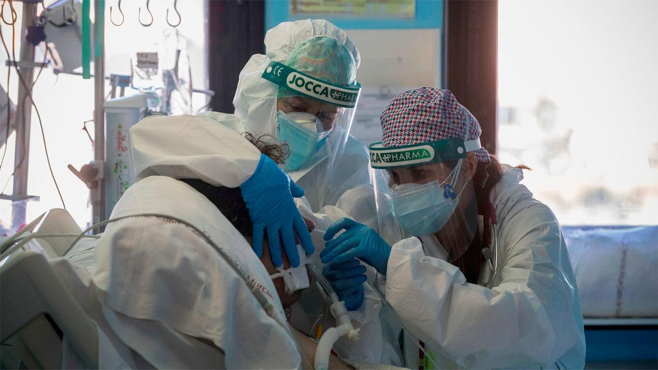 Médicos introducen una sonda nasal a un paciente con Covid