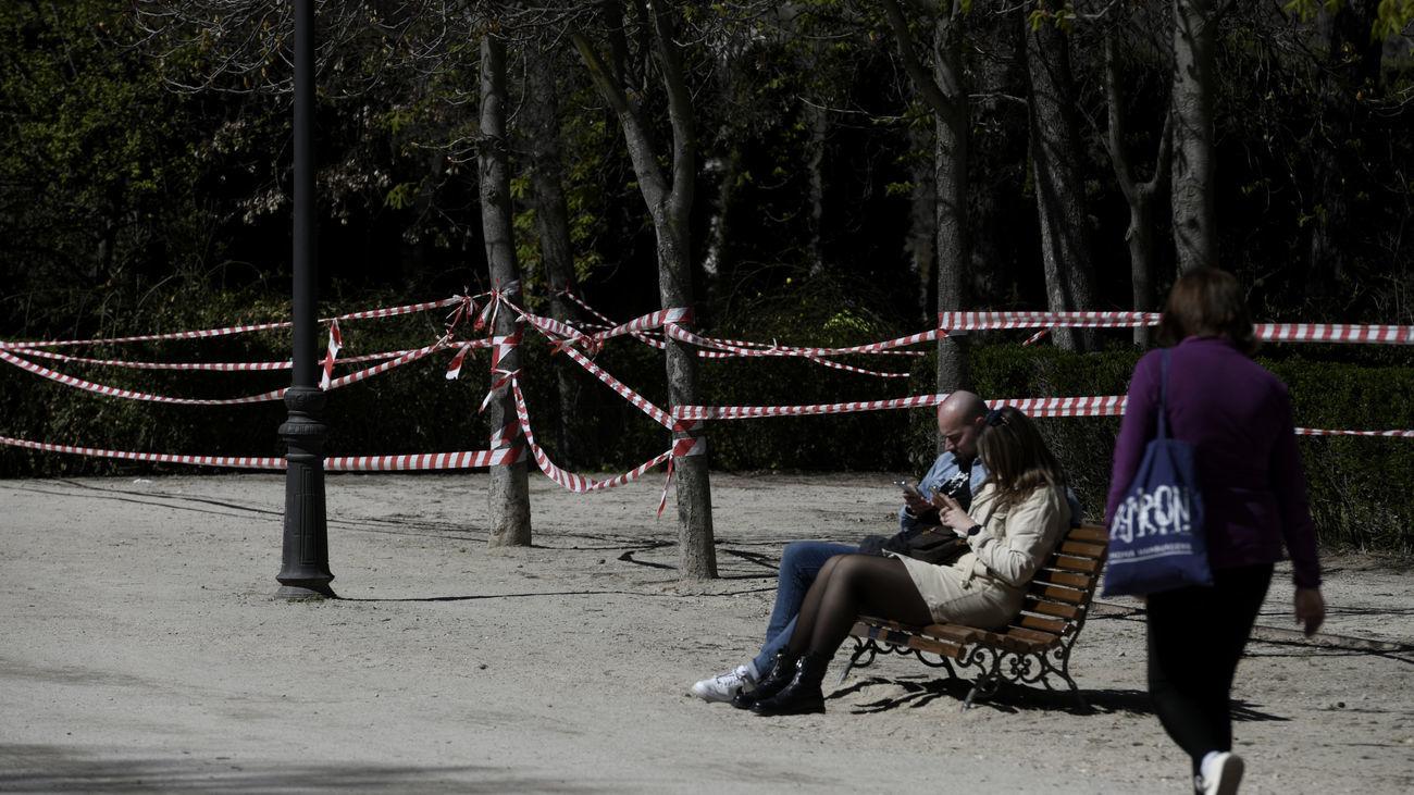 Zonas balizadas en el parque de El Retiro por vientos en Madrid