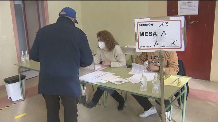 Amancio, un enfermo de diálisis, el primer votante en Móstoles