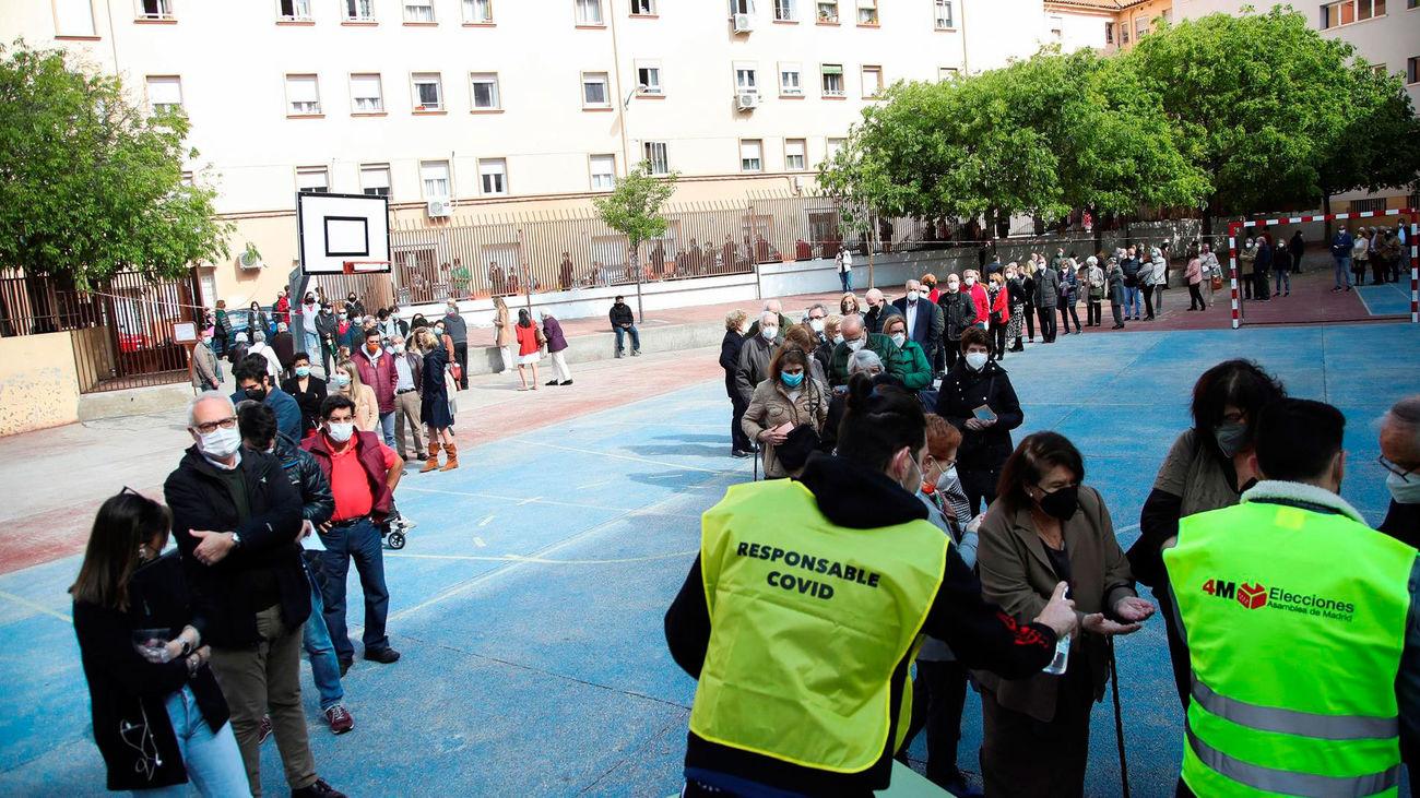 Largas colas en un colegio madrileño