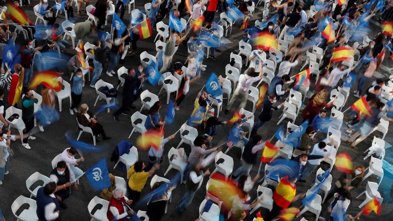 Seguidores del PP, celebrando en la sede del PP en la calle Génova