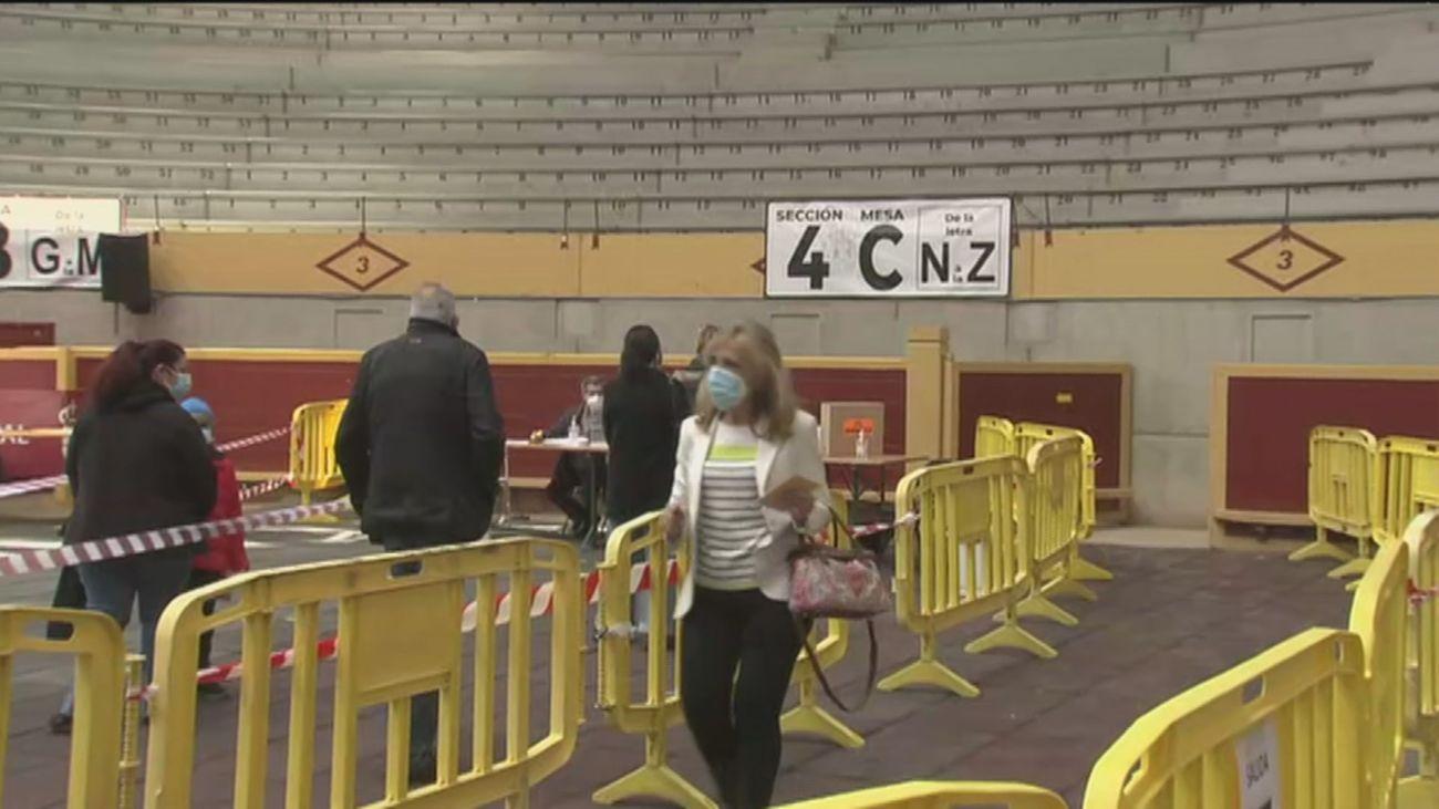 Así votan los vecinos de Moralzarzal en la plaza de toros