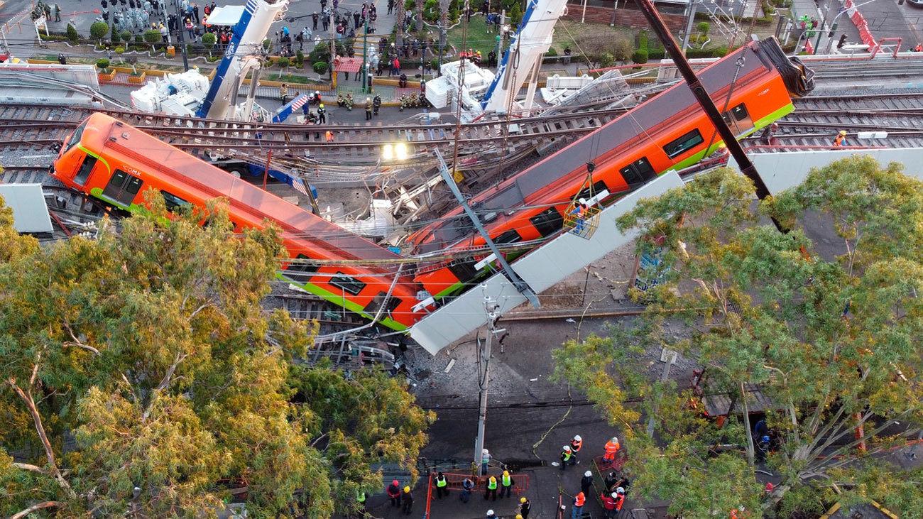 Vagones de Metro afectados por el derrumbe de un viaducto en Ciudad de México