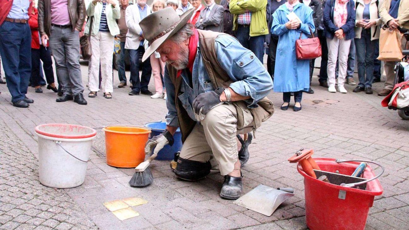 El artista Günther Deming durante la colocación de los ladrillos en un acto anterior