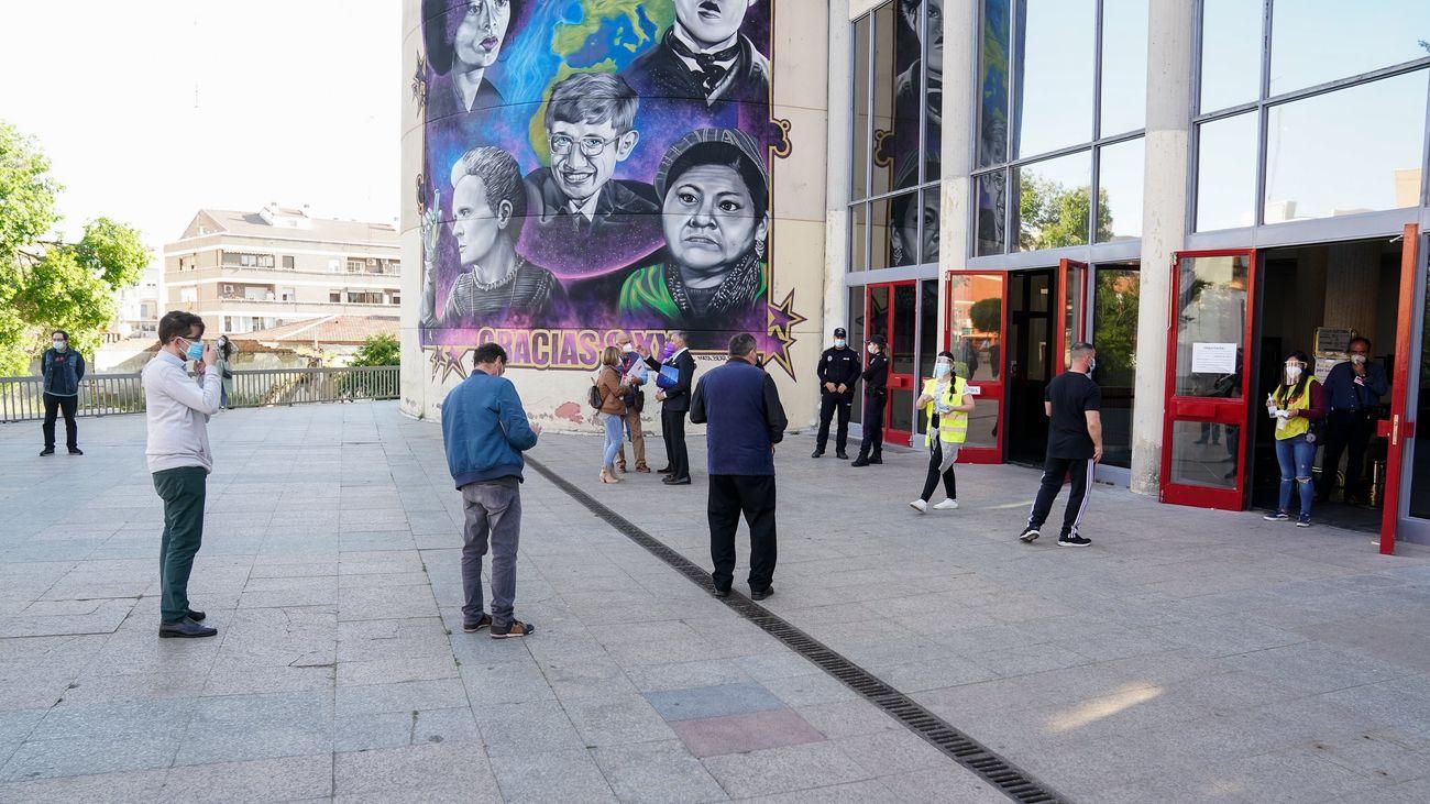 Varias personas en la jornada electoral en Móstoels
