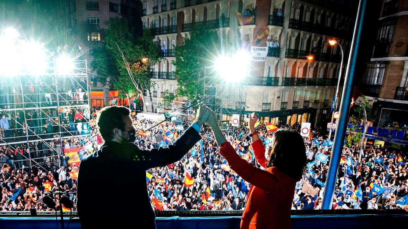 Díaz Ayuso y Pablo Casado en el balcón de Génova tras la victoria del PP en las elecciones autonómicas