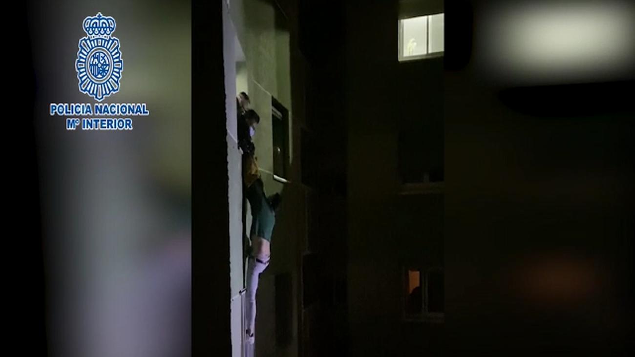 Rescatan y detienen en Carabanchel a un hombre que se quería tirar por la ventana tras agredir a su pareja