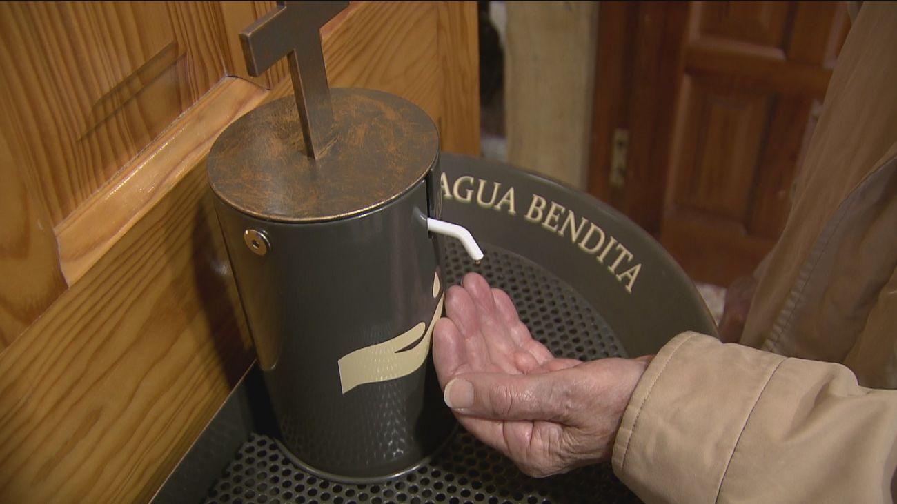 Una parroquia de Pozuelo instala un dispensador antiCovid de agua bendita