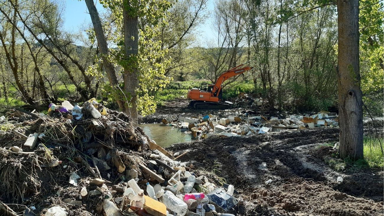 Más de 3.000 toneladas de restos de construcción y 11 vehículos retirados del río Guadarrama