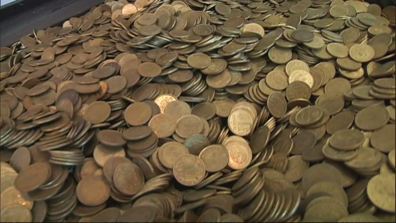 Un coleccionista acumula más de tres toneladas de pesetas en su casa y no quiere cambiarlas
