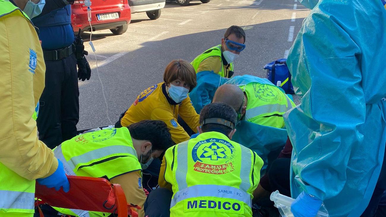 Emergencias y los sanitarios del SAMUR atienden al motorista herido tras el accidente