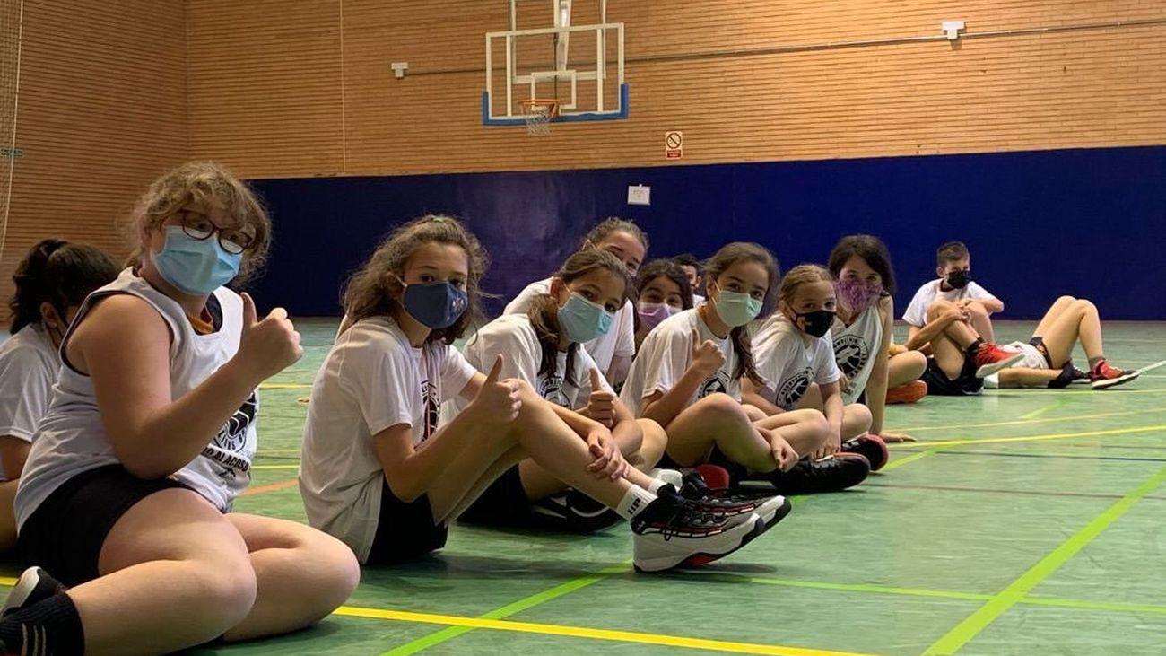 Un grupo de jóvenes deportistas en una instalación de Arroyomolinos