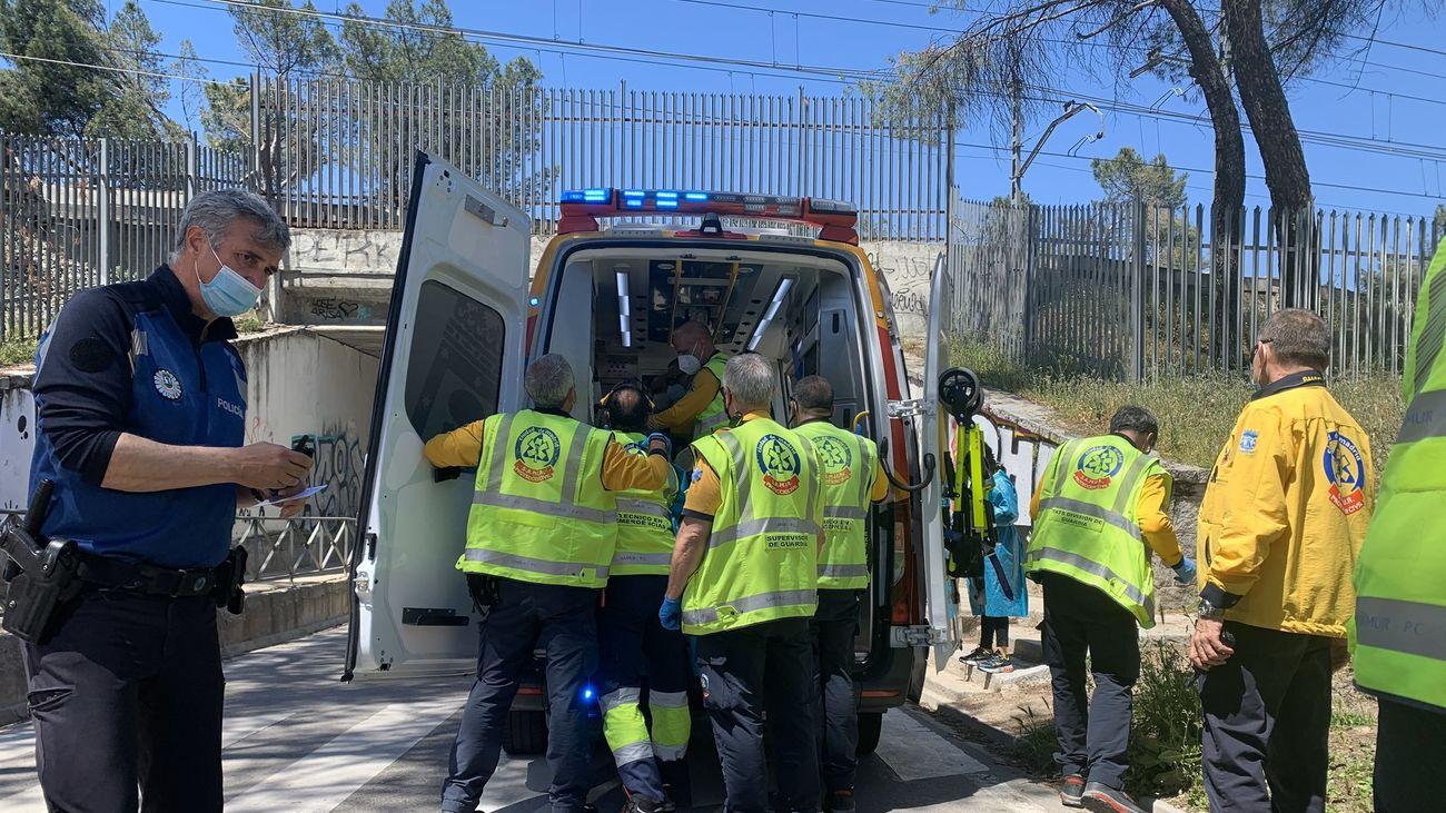 Los servicios de emergencia y de seguridad atienden al ciclista herido