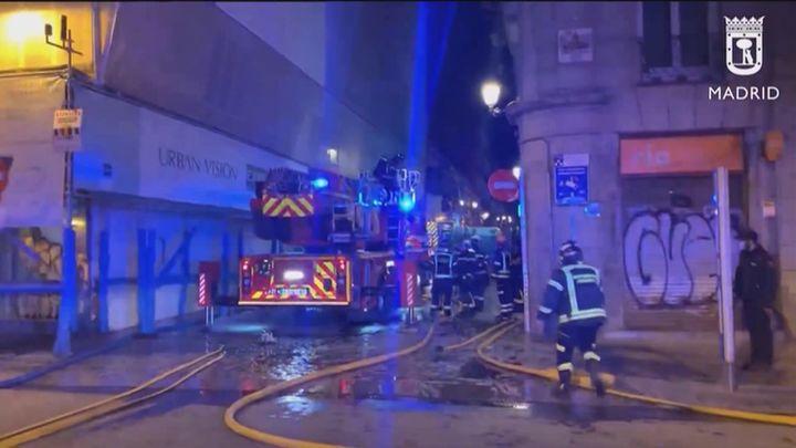 Incendio en la cubierta de un edificio en obras en la calle Espoz y Mina del centro