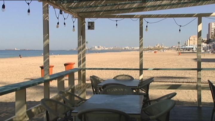 Las playas andaluzas se preparan para recibir a los madrileños con el fin del estado de alarma