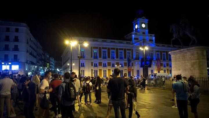 Miles de jóvenes toman las calles y plazas de Madrid para celebrar el fin del estado de alarma