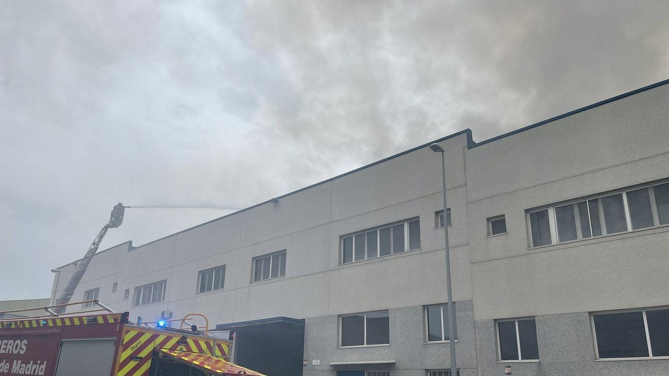 Controlan un incendio en una nave industrial de productos cosméticos en Fuenlabrada