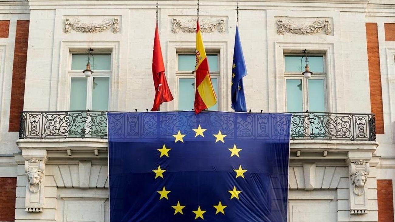 La fachada de la Real Casa de Correos luce la bandera de la Unión Europea para conmemorar su día