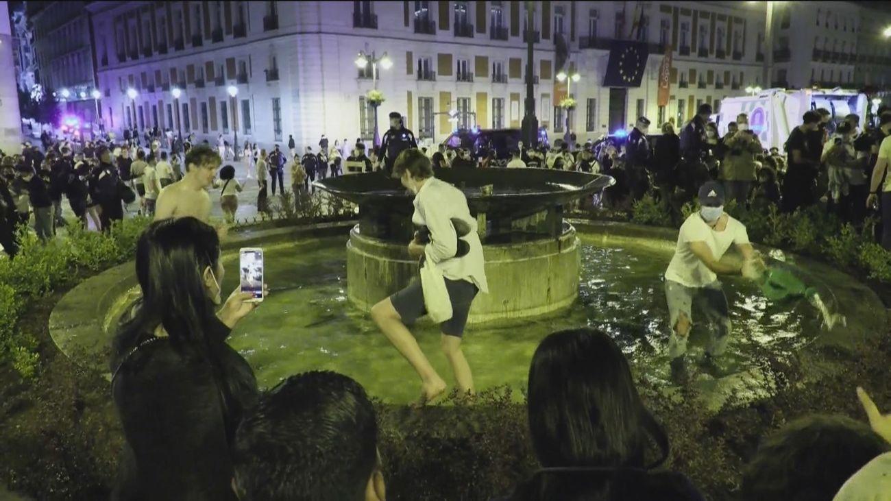 Botellones sin mascarillas, baños en fuentes..., así festejaron miles de jóvenes el fin del toque de queda en Madrid