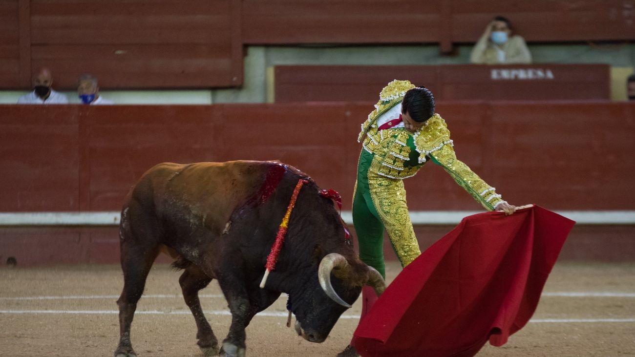 Emilio de Justo, dos orejas y lesión de vértebras en el cierre de la Feria de Leganés