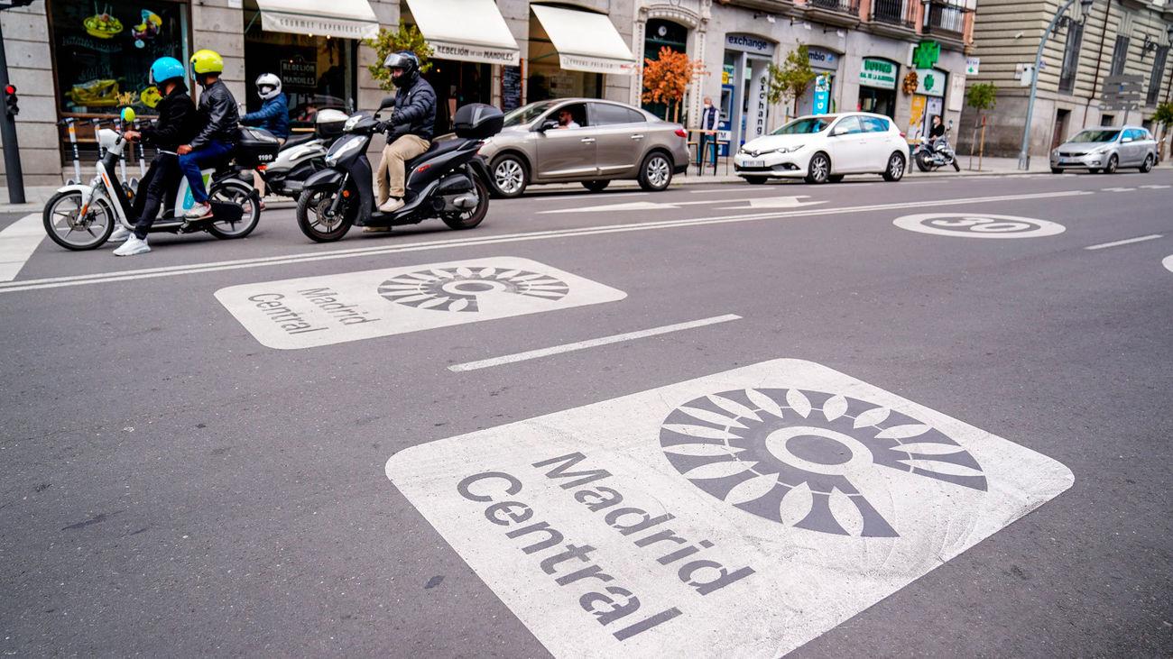 Distintivos de Madrid Central en el asfalto de Madrid