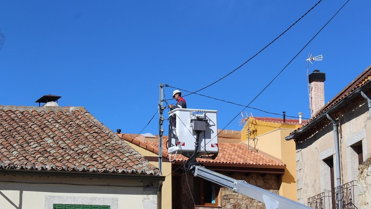 Labores de retirada de los cables en Garganta de los Montes