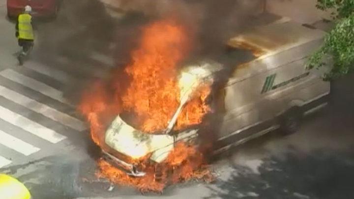 Gran susto en Alcalá de Henares, explosión incluida, con el incendio de una furgoneta