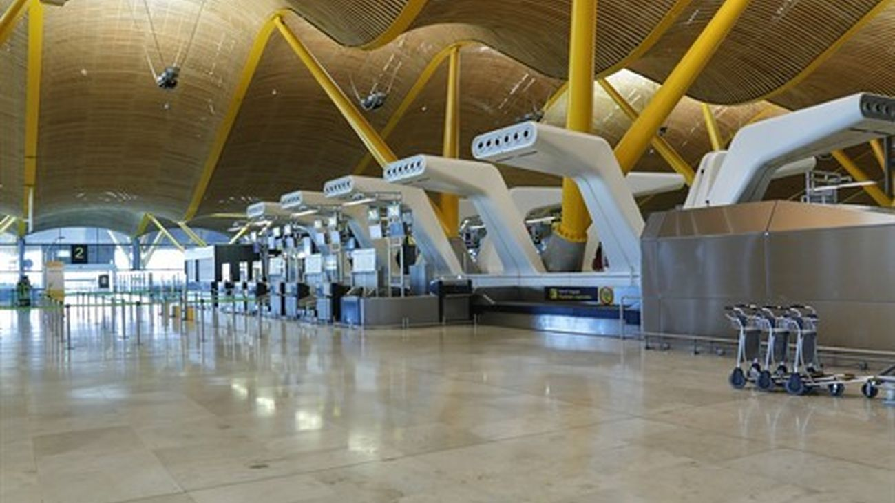 Ambiente en la T4 del Aeropuerto de Madrid-Barajas Adolfo Suárez durante las restricciones de movimiento en Madrid