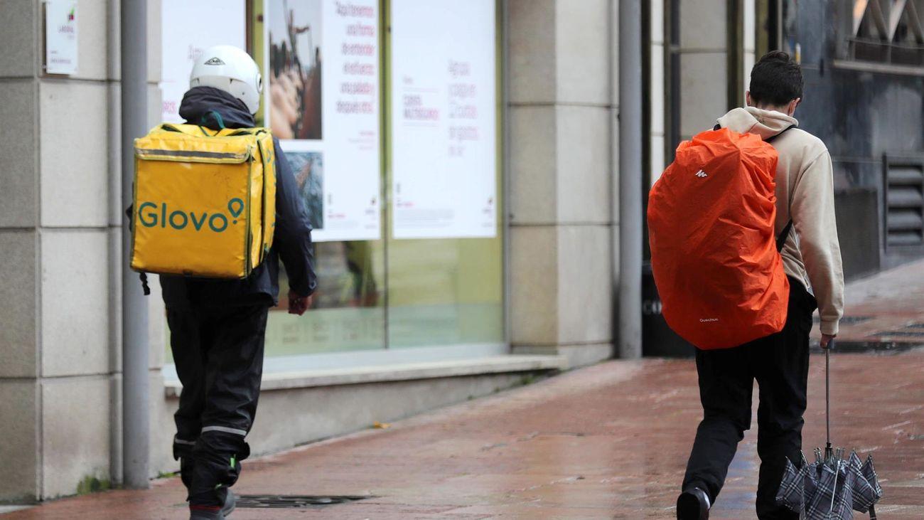 Dos 'riders', durante su jornada laboral