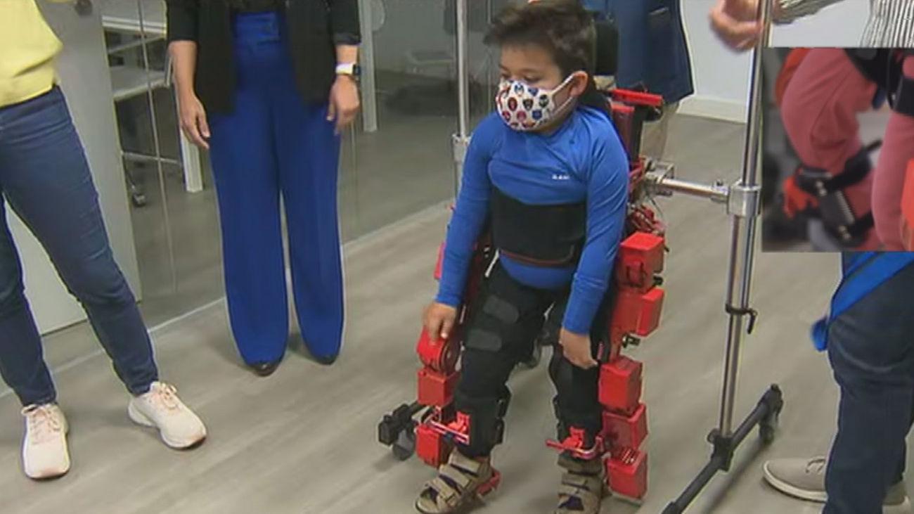 El pequeño Víctor camina con el exoesqueleto español para niños aprobado ya por la Agencia del Medicamento